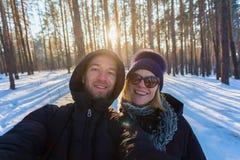 Пара молодых людей на предпосылке соснового леса стоковая фотография rf