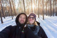 Пара молодых людей на предпосылке соснового леса стоковое изображение rf