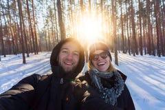 Пара молодых людей на предпосылке соснового леса стоковая фотография