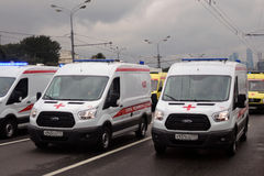 Парад Москвы автомобилей медицинского обслуживания первый перехода города Стоковая Фотография RF