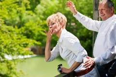 пара моста вручает счастливый старший развевать стоковая фотография