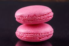 Пара мягких розовых macaroons на черной предпосылке Стоковые Изображения RF
