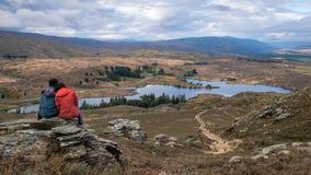 Пара наслаждается взглядом на верхней части горы стоковые изображения rf