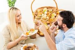 Пара наслаждается в испеченных продуктах Стоковое фото RF