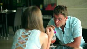 Пара на дате выпивая коктеиль пары домашние ослабляют время траты совместно акции видеоматериалы