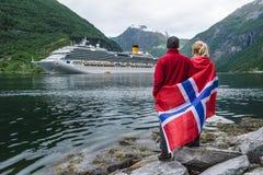 Пара на береге фьорда смотрит вкладыш круиза, Норвегию Стоковые Изображения RF