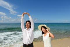 Пара на красивом пляже Стоковое Изображение RF