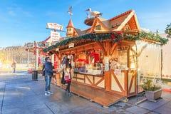 Пара на рождественской ярмарке, Кольмаре, Франции Стоковые Изображения RF