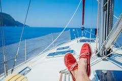 Пара ног человека в topsiders на белой яхте украшает yachting Стоковые Фотографии RF