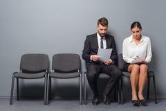 Пара ожидает интервью стоковое изображение
