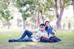 Пара ослабляя на зеленом цвете Стоковое Изображение