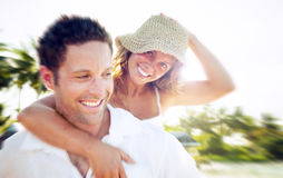 Пара ослабляя на концепции влюбленности пляжа романтичной Стоковая Фотография RF