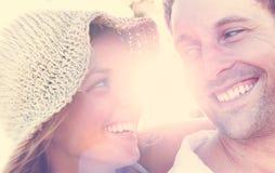 Пара ослабляя на концепции влюбленности пляжа романтичной Стоковые Изображения