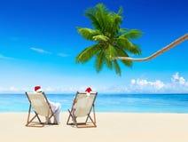 Пара ослабляя на пляже на солнечный день Стоковые Изображения RF