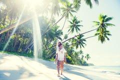 Пара ослабляя на пляже Стоковая Фотография RF
