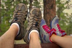 Пара отдыхая после похода Стоковая Фотография RF