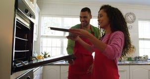 Пара печенья для Рождества дома сток-видео