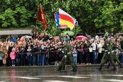 Парад победы в Донецке Военный парад предназначенный к семидесятому Стоковые Изображения RF
