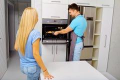 Пара подготавливает capkake в кухне Стоковые Фотографии RF