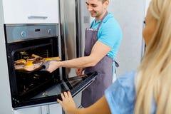 Пара подготавливает capkake в кухне Стоковое Фото