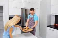 Пара подготавливает capkake в кухне Стоковые Изображения RF