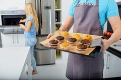 Пара подготавливает capkake в кухне Стоковая Фотография