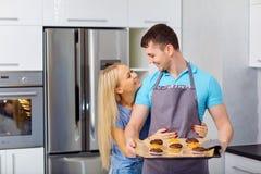 Пара подготавливает capkake в кухне Стоковое Изображение
