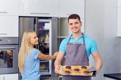 Пара подготавливает capkake в кухне Стоковое Изображение RF