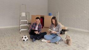 Пара подсчитывает деньги в их новой квартире акции видеоматериалы