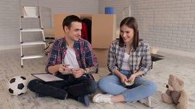 Пара подсчитывает деньги в их новой квартире видеоматериал