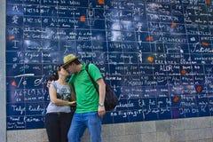 Пара пожененная детенышами целуя около  Стоковая Фотография RF