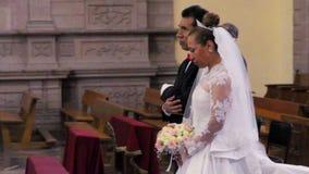 Пара празднуя их свадебную церемонию в католической церкви акции видеоматериалы
