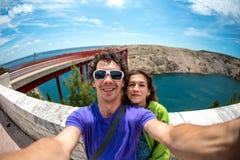 Пара принимает selfie на мосте стоковое фото rf