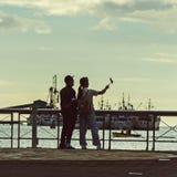 Пара принимает selfie на обваловке стоковая фотография