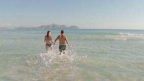 пара принципиальной схемы друзей привлекательного пляжа красивейшая eyes потеха gazing счастье имея ее портрет изображения влюбле сток-видео