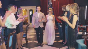Девушка танцует в коридоре видео фото 195-250