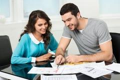 Пара рассматривает будущий дизайн квартиры Стоковые Изображения