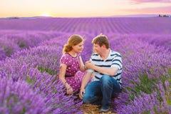 Пара свадьбы в лаванде fields Провансаль, Франция Стоковые Фото