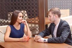 Пара сидит в кафе Стоковые Изображения
