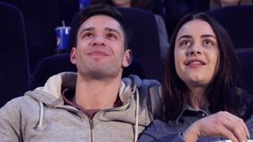 Пара смеется над на кинотеатре стоковое изображение