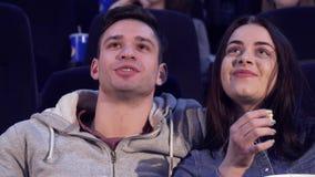 Пара смеется над на кинотеатре акции видеоматериалы