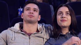 Пара смотрит кино на кино стоковая фотография