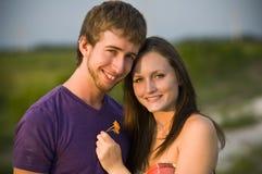 пара смотрит на счастливое Стоковое фото RF