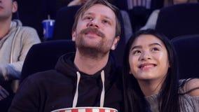 Пара смотрит романтичный фильм на кинотеатре стоковые изображения rf