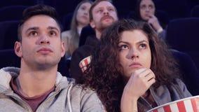 Пара смотрит ужас на кинотеатре стоковое изображение