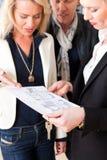 пара согласования объясняет риэлтор аренды к детенышам Стоковое Изображение