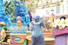 Парад стежка персонажа из мультфильма Известный шарж Уолт Дисней на Гонконге Диснейленде Стоковое Изображение