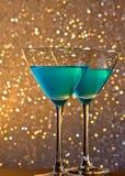 Пара стекел голубого коктеиля на таблице бара Стоковое Изображение RF