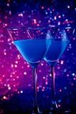 Пара стекел голубого коктеиля на таблице Стоковые Фотографии RF