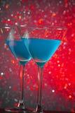 Пара стекел голубого коктеиля на таблице Стоковые Изображения RF